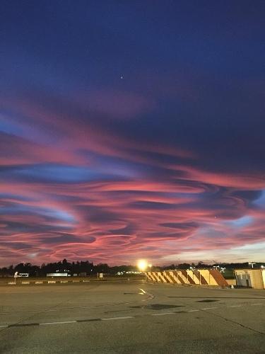 https://www.ragusanews.com//immagini_articoli/30-10-2017/tramonto-milano-scie-dune-rosso-fuoco-malpensa-500.jpg