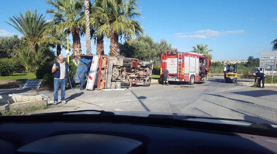 https://www.ragusanews.com//immagini_articoli/30-10-2018/cappotta-camion-vittoria-nessun-ferito-500.jpg