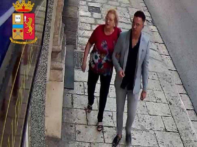 https://www.ragusanews.com//immagini_articoli/30-10-2019/1572424820-furti-gioiellerie-arrestati-madre-e-figlio-3-500.jpg