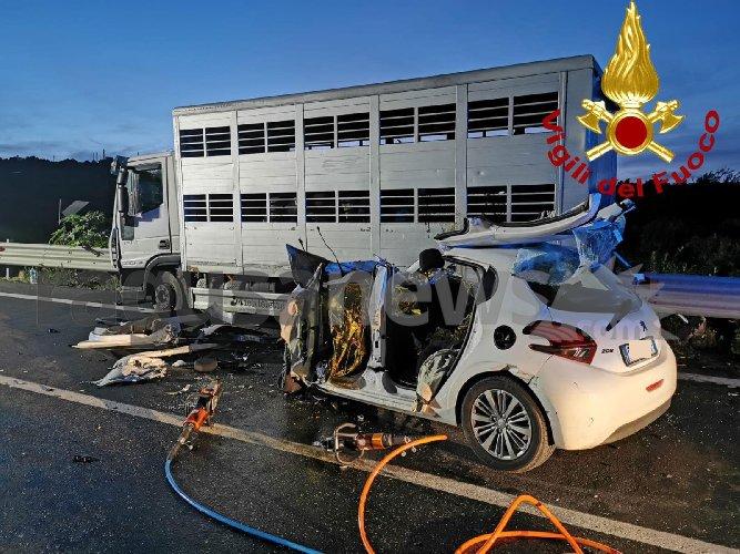 https://www.ragusanews.com//immagini_articoli/30-10-2019/1572455172-incidente-tre-morti-ragusa-catania-1-500.jpg