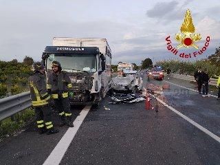 https://www.ragusanews.com//immagini_articoli/30-10-2019/1572455319-incidente-tre-morti-ragusa-catania-1-240.jpg