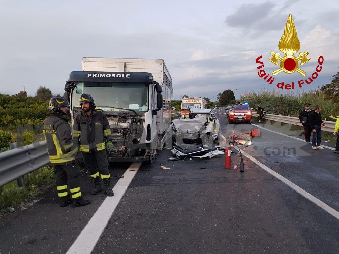 https://www.ragusanews.com//immagini_articoli/30-10-2019/1572455319-incidente-tre-morti-ragusa-catania-1-500.jpg