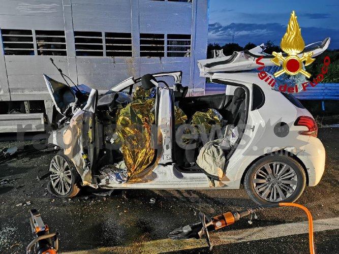 https://www.ragusanews.com//immagini_articoli/30-10-2019/1572455458-incidente-tre-morti-ragusa-catania-1-500.jpg