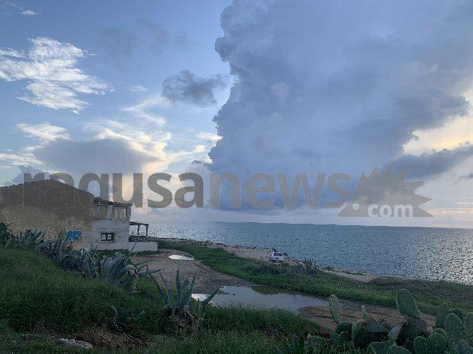 https://www.ragusanews.com//immagini_articoli/30-10-2019/tromba-marina-al-largo-di-sampieri-500.jpg