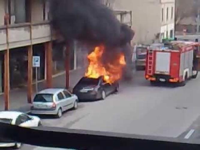 http://www.ragusanews.com//immagini_articoli/30-11-2017/ragusa-fuoco-unauto-mariannina-schinin-500.jpg