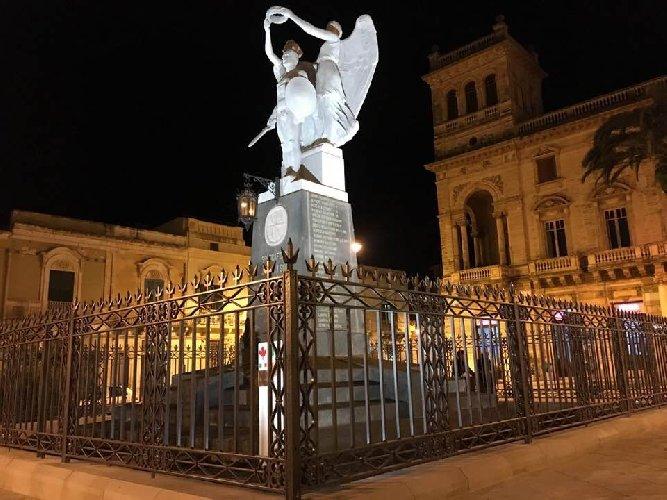 https://www.ragusanews.com//immagini_articoli/30-11-2018/ispica-ringhiera-monumento-caduti-500.jpg