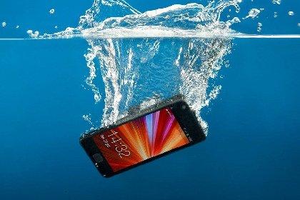 https://www.ragusanews.com//immagini_articoli/30-11-2020/iphone-danneggiati-dall-acqua-10-milioni-di-multa-ad-apple-280.jpg