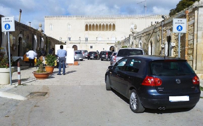 https://www.ragusanews.com//immagini_articoli/30-12-2013/i-tanti-problemi-di-fruizione-del-castello-di-donnafugata-500.jpg