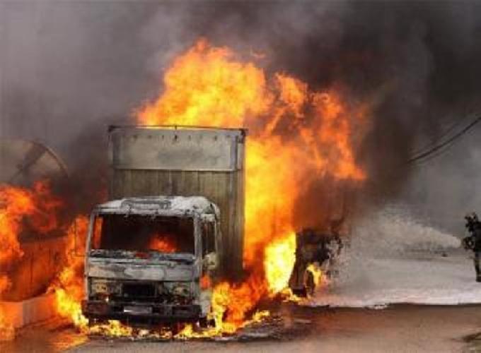 http://www.ragusanews.com//immagini_articoli/30-12-2015/incendiato-un-camion-al-mercato-di-comiso-500.jpg