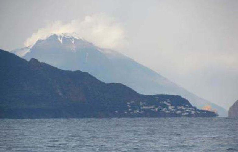 https://www.ragusanews.com//immagini_articoli/30-12-2019/stromboli-fuoco-e-neve-500.jpg