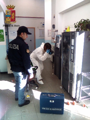 http://www.ragusanews.com//immagini_articoli/31-01-2017/tentato-furto-scuola-ragusa-420.jpg