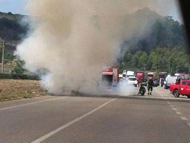 https://www.ragusanews.com//immagini_articoli/31-01-2018/fuoco-furgone-vittoria-illeso-conducente-500.jpg