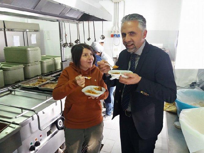 https://www.ragusanews.com//immagini_articoli/31-01-2018/sindaco-abbate-visita-mensa-scolastica-500.jpg