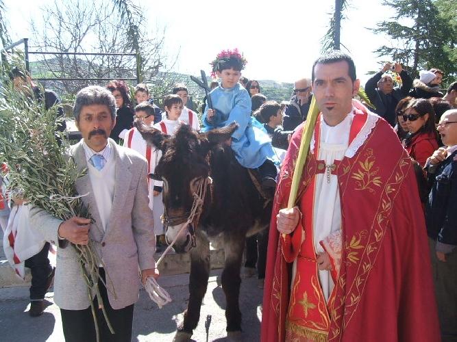 http://www.ragusanews.com//immagini_articoli/31-03-2012/la-domenica-delle-palme-a-monterosso-almo-500.jpg