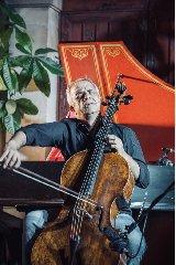 https://www.ragusanews.com//immagini_articoli/31-03-2018/1522500008-violoncello-ghiaccio-sole-scicli-giovanni-sollima-gira-video-1-240.jpg