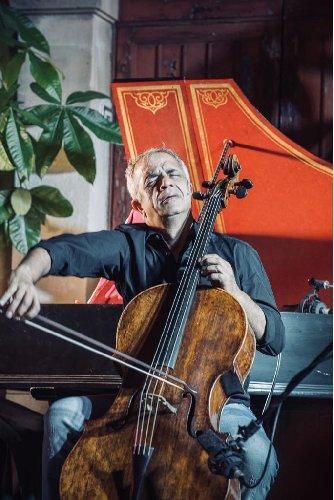 https://www.ragusanews.com//immagini_articoli/31-03-2018/1522500008-violoncello-ghiaccio-sole-scicli-giovanni-sollima-gira-video-1-500.jpg