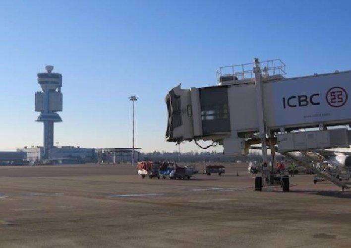 https://www.ragusanews.com//immagini_articoli/31-03-2018/invade-pista-aeroporto-fermato-uomo-diretto-catania-500.jpg