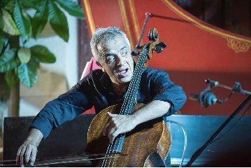 https://www.ragusanews.com//immagini_articoli/31-03-2018/violoncello-ghiaccio-sole-scicli-giovanni-sollima-gira-video-240.jpg
