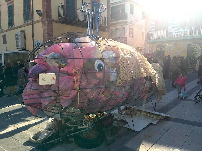https://www.ragusanews.com//immagini_articoli/31-03-2019/la-balena-mangia-rifiuti-e-arrivata-a-marina-di-ragusa-500.jpg
