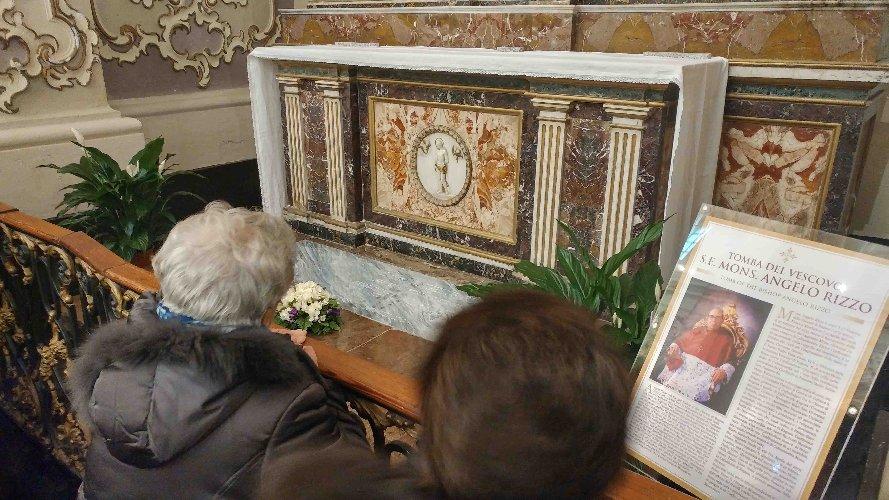 https://www.ragusanews.com//immagini_articoli/31-03-2019/la-benedizione-tomba-di-monsignor-rizzo-in-cattedrale-a-ragusa-500.jpg