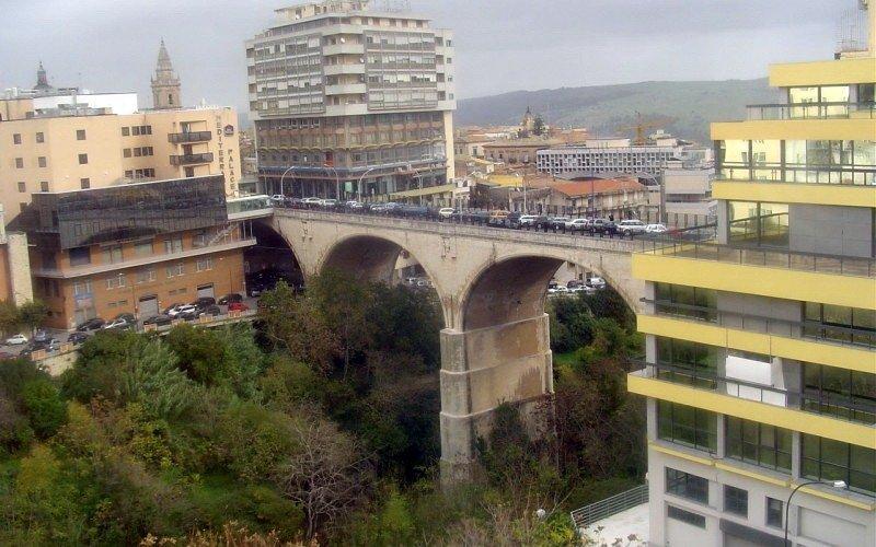 https://www.ragusanews.com//immagini_articoli/31-03-2020/minaccia-di-lanciarsi-ponte-di-via-roma-a-ragusa-salvato-500.jpg
