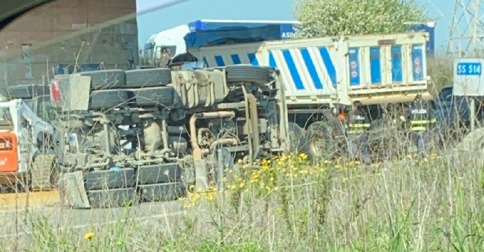 https://www.ragusanews.com//immagini_articoli/31-03-2021/si-ribalta-un-camion-carico-di-sabbia-sulla-ragusa-catania-500.jpg