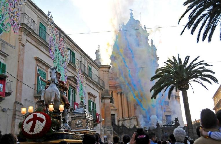 http://www.ragusanews.com//immagini_articoli/31-05-2014/san-giorgio-la-prima-processione-500.jpg
