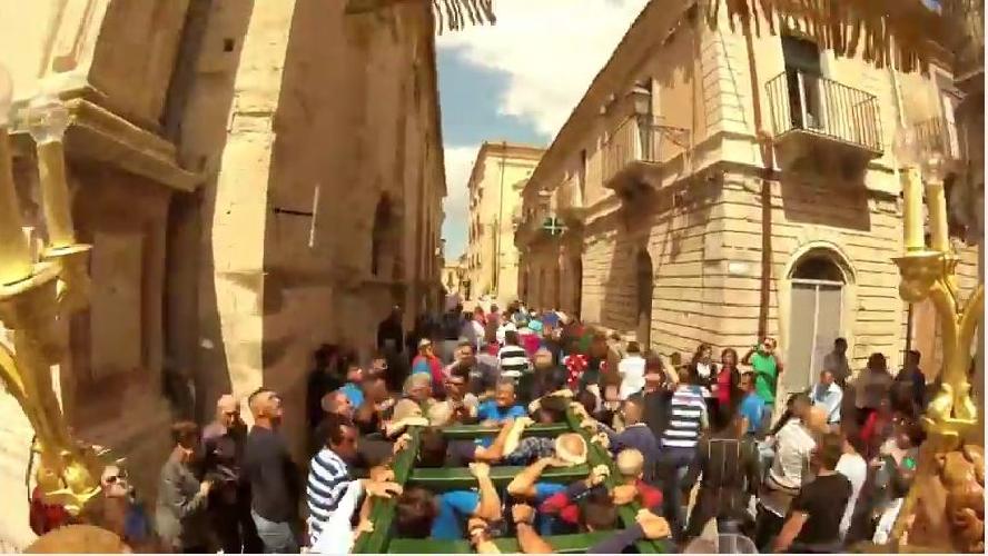 http://www.ragusanews.com//immagini_articoli/31-05-2017/cosa-vede-madonna-durante-processioni-unidea-originale-video-500.jpg