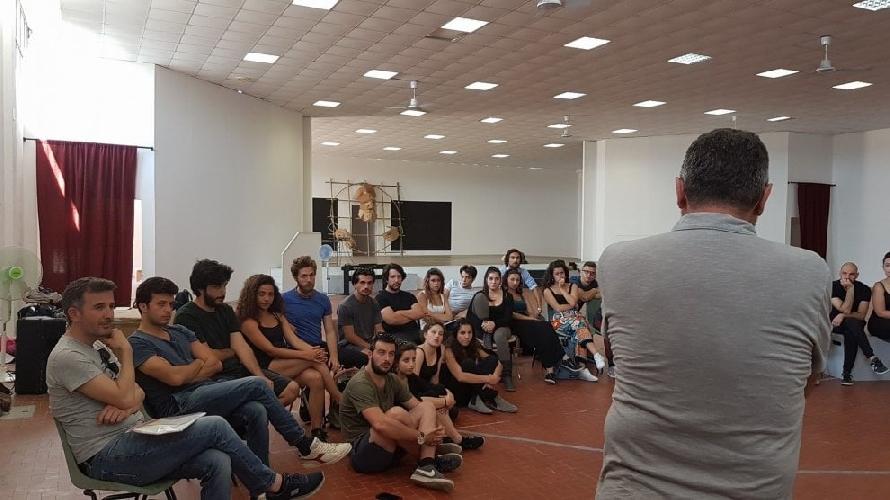 http://www.ragusanews.com//immagini_articoli/31-05-2017/teatro-greco-primo-giorno-prove-ficarra-picone-500.jpg