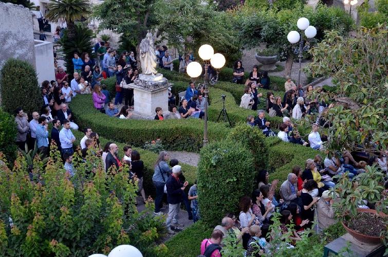 http://www.ragusanews.com//immagini_articoli/31-05-2017/teatro-greco-ragusa-ibla-500.jpg