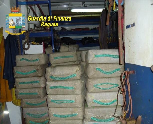 http://www.ragusanews.com//immagini_articoli/31-07-2014/7-tonnellate-di-droga-in-una-nave-diretta-a-pozzallo-500.jpg