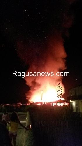 http://www.ragusanews.com//immagini_articoli/31-07-2014/brucia-come-roma-itaparica-l-incendio-spettacolo-per-iphone-500.jpg