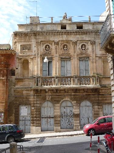 http://www.ragusanews.com//immagini_articoli/31-07-2014/muschi-e-licheni-sul-teatro-marino-500.jpg