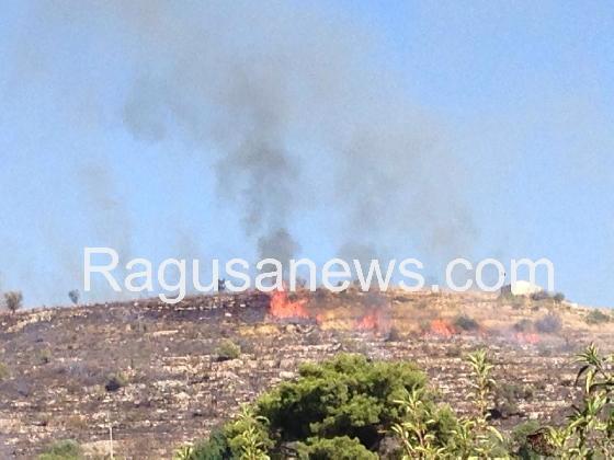 http://www.ragusanews.com//immagini_articoli/31-07-2016/chiaramonte-incendio-a-gucciardo-420.jpg