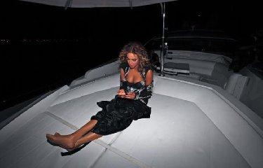 https://www.ragusanews.com//immagini_articoli/31-07-2018/1533058873-yacht-kismet-beyonce-marina-ragusa-1-240.jpg