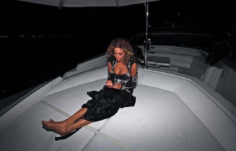https://www.ragusanews.com//immagini_articoli/31-07-2018/1533058873-yacht-kismet-beyonce-marina-ragusa-1-500.jpg
