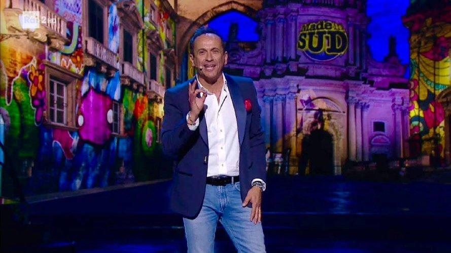https://www.ragusanews.com//immagini_articoli/31-07-2019/uccio-de-santis-e-the-wall-a-marina-di-modica-500.jpg