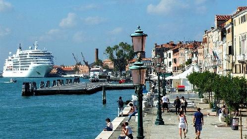 https://www.ragusanews.com//immagini_articoli/31-07-2021/1627752907-venezia-stop-a-grandi-navi-da-crociera-davanti-a-san-marco-1-280.jpg