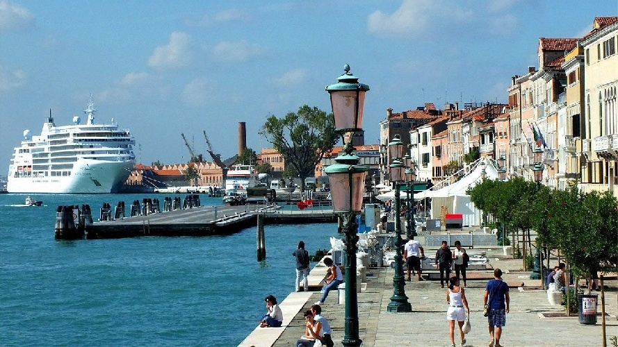 https://www.ragusanews.com//immagini_articoli/31-07-2021/1627752907-venezia-stop-a-grandi-navi-da-crociera-davanti-a-san-marco-1-500.jpg