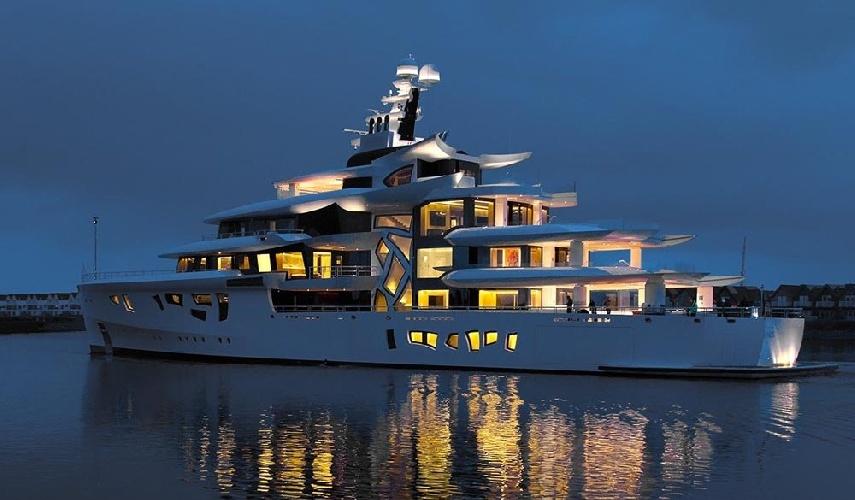 https://www.ragusanews.com//immagini_articoli/31-07-2021/1627753759-yacht-a-siracusa-e-arrivato-artefact-lungo-80-metri-1-500.jpg