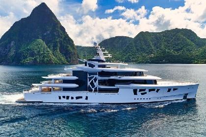 https://www.ragusanews.com//immagini_articoli/31-07-2021/1627753781-yacht-a-siracusa-e-arrivato-artefact-lungo-80-metri-2-280.jpg