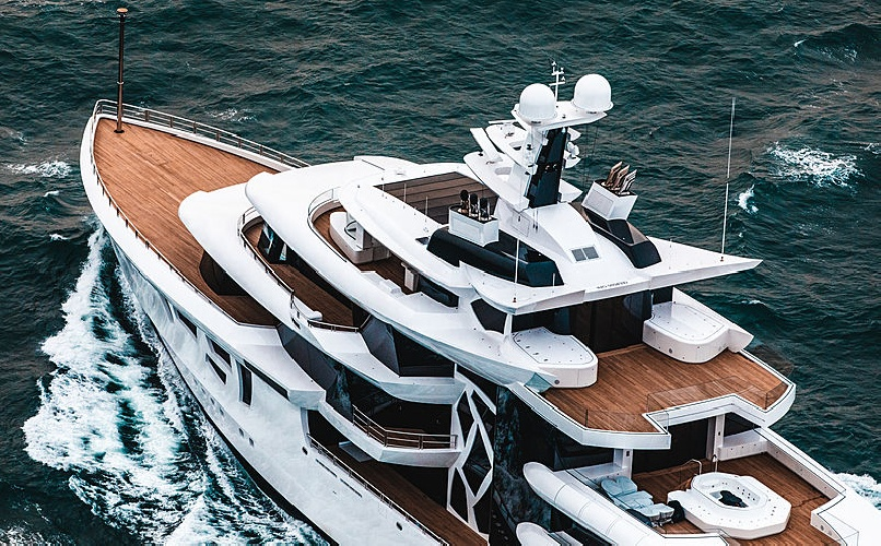 https://www.ragusanews.com//immagini_articoli/31-07-2021/1627753850-yacht-a-siracusa-e-arrivato-artefact-lungo-80-metri-3-500.jpg