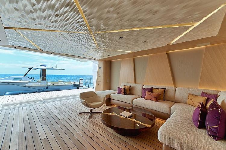 https://www.ragusanews.com//immagini_articoli/31-07-2021/1627753857-yacht-a-siracusa-e-arrivato-artefact-lungo-80-metri-6-500.jpg
