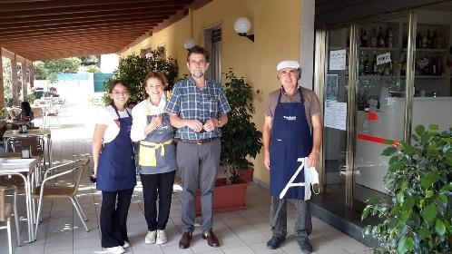 https://www.ragusanews.com//immagini_articoli/31-07-2021/nanni-moretti-granita-a-marina-di-modica-280.jpg