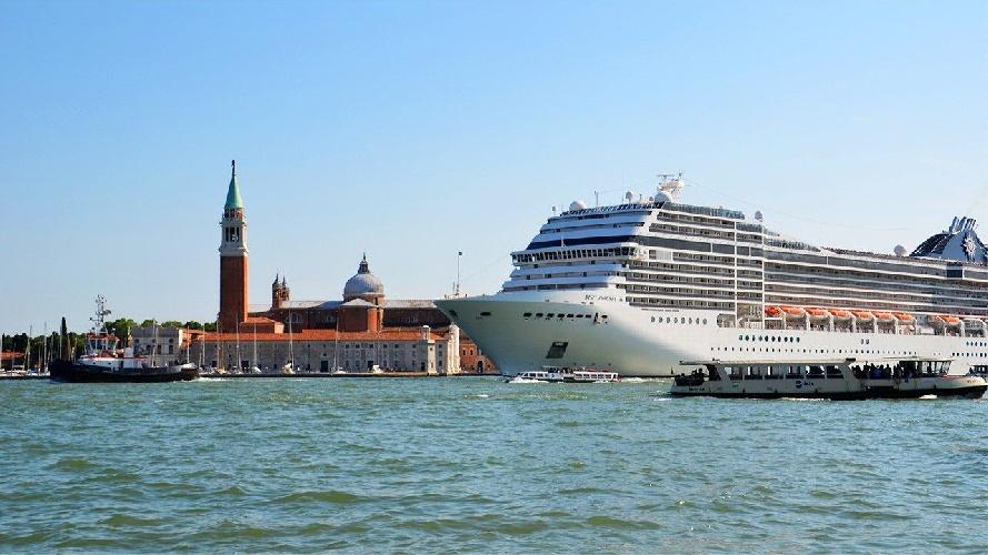 https://www.ragusanews.com//immagini_articoli/31-07-2021/venezia-stop-a-grandi-navi-da-crociera-davanti-a-san-marco-500.jpg