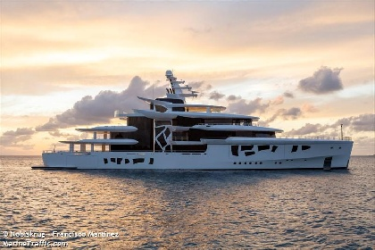 https://www.ragusanews.com//immagini_articoli/31-07-2021/yacht-a-siracusa-e-arrivato-artefact-lungo-80-metri-280.jpg