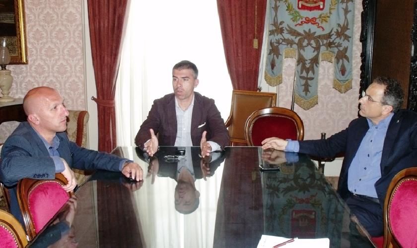 https://www.ragusanews.com//immagini_articoli/31-08-2011/gianni-iacono-nuovo-presidente-del-modica-calcio-500.jpg
