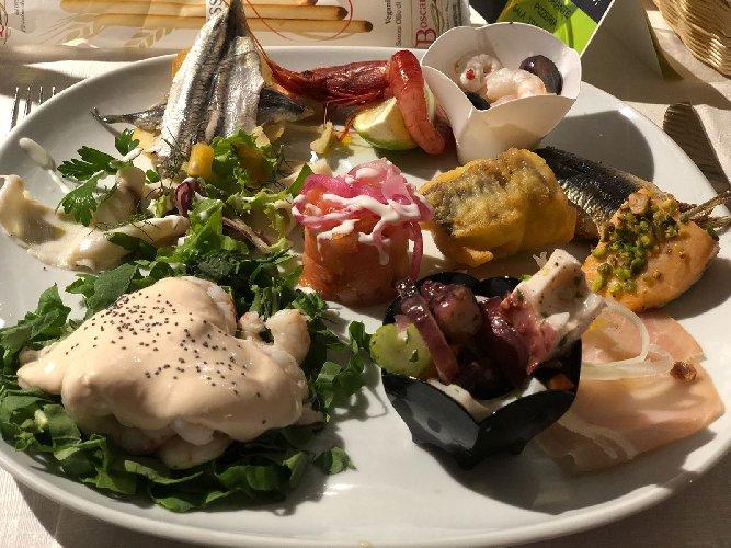 https://www.ragusanews.com//immagini_articoli/31-08-2018/antipasto-pesce-conquistare-marina-ragusa-500.jpg
