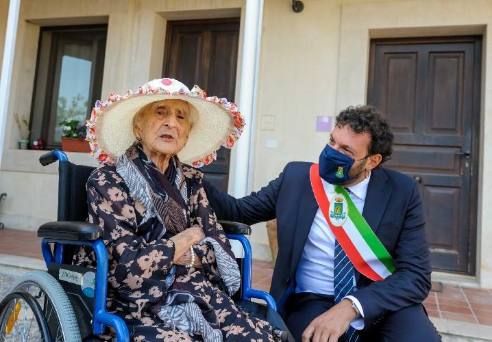 https://www.ragusanews.com//immagini_articoli/31-08-2020/corradina-103-anni-portati-con-eleganza-500.jpg