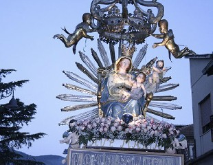 https://www.ragusanews.com//immagini_articoli/31-08-2020/l-inchino-dei-santi-davanti-ai-mafiosi-e-non-solo-240.jpg